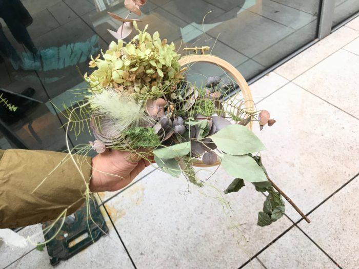 新作の秋のコサージュ。一つ一つのお花をワイヤリングという方法を使ってデザインし、刺しゅうで使う道具の刺繍枠をリースに見立てて一緒に壁飾りにしたり、白樺や個性的な枝をカットした所に取り付けてナチュラルな壁飾りにしたりと、色々なアレンジで楽しむ事が出来る素敵なコサージュです。