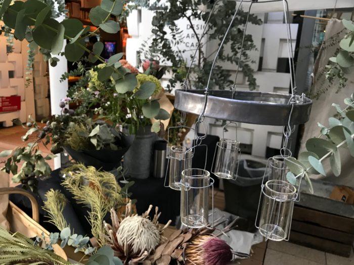 こちらの花器はfplusさんオリジナルの花器「メリーゴーランド」一輪挿しが丸く集まるシンプルでロマンティックなデザインはお花を入れてゆらゆら揺れる可愛いデザインです。(価格は¥4,104)