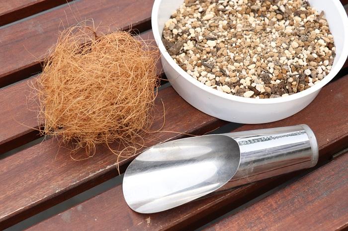 ・市販の培養土(「野菜、花用の土」または、「多肉植物、サボテン用の土」など) ・ココヤシファイバー ・土入れ