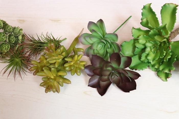 多肉植物やエアプランツのフェイクグリーンとは、まるで本物の多肉植物やエアプランツそっくりに造られた造花のことです。  細かいところまで実際に存在する植物に似せて造られていて、色合いもとても豊富です。