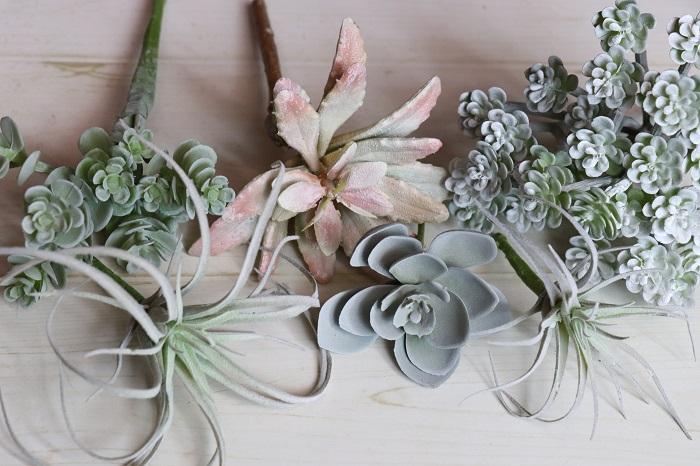 白っぽい色の多肉植物やエアプランツは、葉の表面の質感もリアルで粉をふいたような加工がされていたりします。