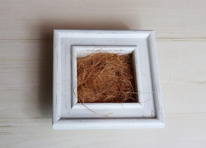 フェイクグリーンの茎がしっかりとひっかかるように、ココヤシファイバーを多めに入れておきます。
