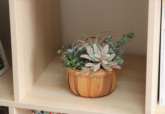 本棚に飾ってみました。とても軽いので、壁にかけて飾ってもいいですね。