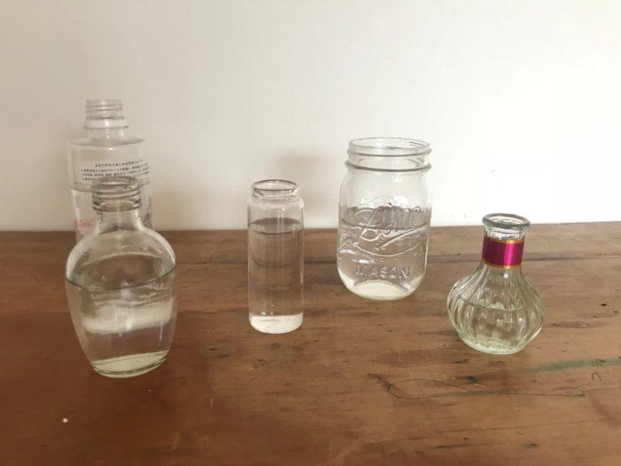 空き瓶や、花瓶、ペットボトルなどを準備して、水を入れます。