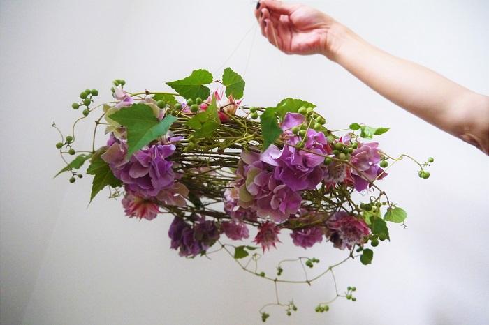 秋色アジサイのフライングリースの出来上がりです。植物で出来たシャンデリアです。お部屋の好きなところに吊るして、ドライになっていく色の変化も楽しみながら、飾ってください。