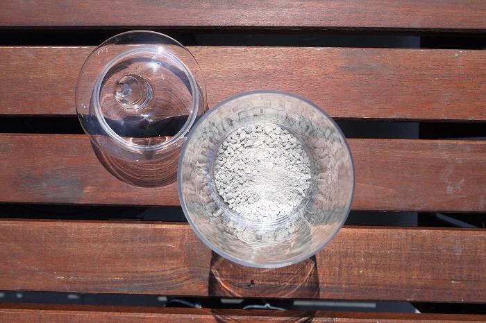 ・ガラスの器はきれいに洗って乾かしておきます。この段階で雑菌が入らないように注意してください。  ・容器の中央に根腐れ防止剤を少しだけ入れます。これは、外側から根腐れ防止剤が見えてしまわないようにするためです。根腐れ防止剤を埋めるように、セラミスグラニューを静かに入れていきます。