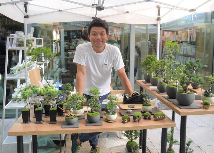 http://www.sinajina.com/  自由が丘の路地にひっそりと佇む、景色盆栽が人気の品品さん。ファンも多いお店です。この日接客してくださったのは、エンジョイボタニカルライフ推進部の氏井さん。  今回のイベントにもたくさんの景色盆栽やテラリウムが並んでいました。景色盆栽のいいところは、その小さな盆栽の中でトータルコーディネートが出来上がっているところだそうです。  さらに大きくしないで管理するので、都市生活に馴染み易く、その楽しみ方は観葉植物にも応用が活かせるといいます。  苔テラリウムも可愛く並んでいました。  自由が丘のショップでは、景色盆栽教室も行われています。興味のある方は訪れてみてはいかがでしょうか。