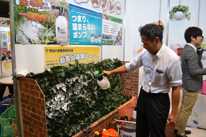 Garden Formy(発砲スプレー・ガーデンフォーミー)  Garden Formyは除草剤専用発砲スプレー。除草剤に含まれる界面活性剤の空気を吹き込むと泡になる性質を利用して、泡の状態で噴出することで吹きかけた草から液だれすることなく、泡として草に張り付くことを実現させた商品です。  空気を含んでいるのでボトル自体が軽い。軽いので平面だけでなく角度のある場所や逆さま、また風が吹いても落ちにくく長時間張り付くのが特徴。また、葉っぱに泡が長時間張り付いているので、除草効果が持続するというコストパフォーマンスがよいという利点があります。