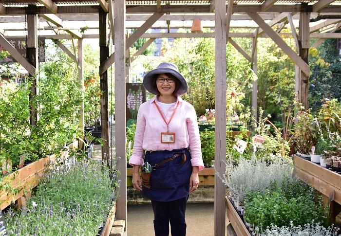 少しでも長く園芸店で働きたいです。園芸店で働きながら寄せ植えの講師をすることは、私の一番の幸せです。  次々と入荷してくる大好きな植物とふれあい、明るいスタッフに囲まれて仕事ができているので、仕事の前日はうきうきします。仕事から帰ってきてもうきうきしているんです。  これからも長く園芸店で働き続けるためには、寒さや暑さに対応できる健康管理や体力づくりも大切と思いますし、植物の知識や技術を向上し続けて生徒さんたちに楽しんでもらえるよう頑張りたいと思っています。