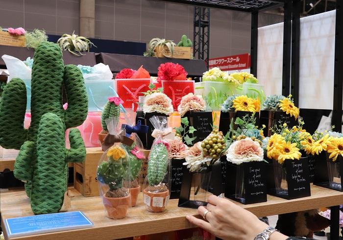 生花店の販促用品のご提案。花苗や生花を簡単に可愛く店内に飾り、そのまま販売できるラッピング資材の提案などがされていました。