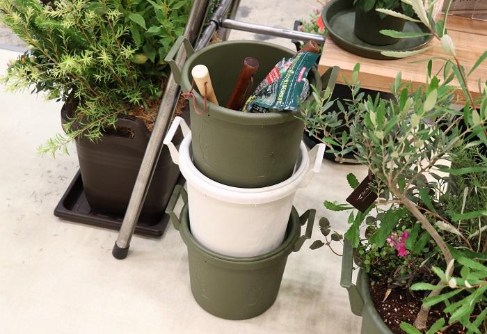 受皿と併用することで蓋のできる容器にもなり、鉢を使わない時には、土やスコップ等のガーデニンググッズを収納する容器としても活躍するそうです。軽くてオシャレでとても使いやすい鉢ですね。