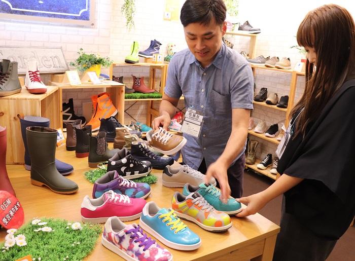 フェアストーン株式会社では、ガーデニングや雨の日に活躍する靴やブーツをご提案。なんと、これは水に強いだけではなく、靴の先に先芯が装備されていて作業をする人の安全も守ってくれる靴だそうです。