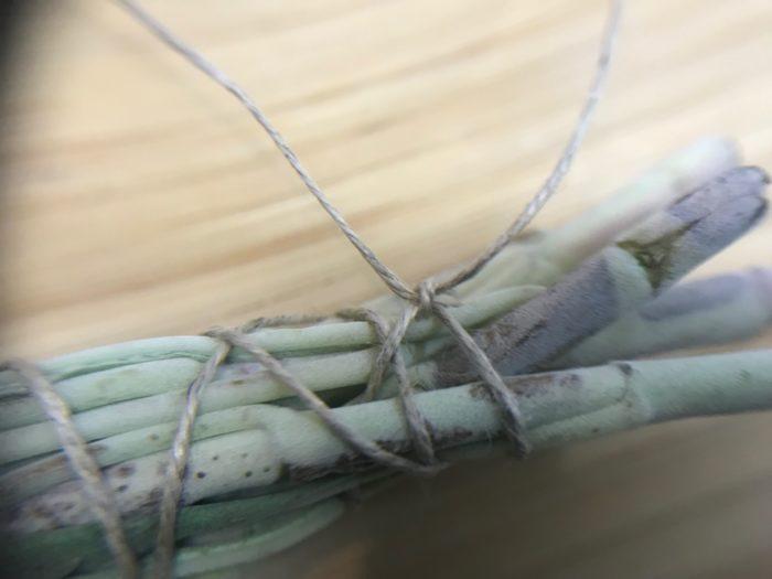 掛けた紐の最初と最後の部分を結んだら完成です。