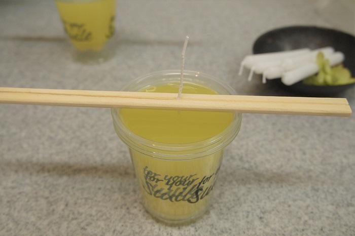 ・耐熱カップ小に溶かしたキャンドルを流し込みます。  ・30分~1時間置いて、固まるのを待ちます。