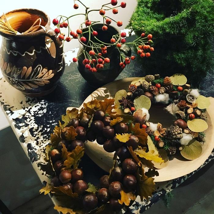 fleuriste scène(フルリスト セーヌ) fleuriste scèneさんinstagram  群馬県桐生市にアトリエを持つfleuriste scèneさん。  アンティーク色の花苗やカラーリーフ、バスケットやリース、フレンチシックな寄せ植えなど、季節を彩るアイテムがいっぱいです。  クリスマスからお正月、春へと寒い冬でも長くお楽しみいただけるデザインのリースやバスケットが並びます。  atelier de fleur(アトリエドゥフルール) atelier de fleursさんHP  鎌倉山にアトリエを構えるatelier de fleurさん。  個性的で色調を抑えたシックでエレガントな花や植物たちをセレクト。自然の恵みだけで仕上げたシンプルでモダンなリースやスワッグの他、品評会で入賞した美しいシクラメンが並びます。  はな*いとし*こいし はな*いとし*こいしさんHP  川崎にアトリエを構える、はな*いとし*こいしさん。  ナチュラルな素材でひとつひとつ丁寧にお作りしたお正月飾りが並びます。  Botanical56 Botanical56さんHP  創業65年の造園会社がプロデュースしているBotanical56さん。確かな技術と経験豊富な知識を基に、西海岸からインスピレーションを得て。作られたショップ。  エアプランツを使ったオリジナルのクリスマスリースや、オリジナルポットに入った多肉植物など。他にもいろんなアイテムが揃います。  hanauta# hanauta#さんHP  「花は癒し」をテーマに教室を中心に出張花屋や植物療法などを行っているhanauta#さん。  土に還るリースやスワッグ、フラワーエッセンスなど、季節のお花が並びます。  back to Nature(バックトゥネイチャー) back to NatureさんHP  多摩川の側、川の見える場所にショップを構えるback to Natureさん。  ドライの木の実をいっぱい使用したケーキのようなリースなど、クリスマスに限らず通年楽しめるアイテムをご用意。  花屋 ぼたん 花屋 ぼたんさんHP  店舗を持たない花屋 ぼたんさん。  ドライフラワーやスワッグが並びます。当日オーダーメイドのスワッグを作ってもらえます。  花かん 花かんさんinstagram  静岡市の花屋、花かんさん。  一年中飾れるドライリースやエバーグリーンのクリスマスリースなどが並びます。  PEU・CONNU PEU・CONNUさんHP  名古屋の花屋、PEU・CONNUさん。  柳のかごを使ったリース型の壁飾りなど、他に多数のアイテムが揃います。  nonihana nonihanaさんHP  ワークショップを中心に活躍中のnonihanaさん。  香りの良い樹木を束ねたブーケ、お正月リース等が揃います。  malta maltaさんHP  世田谷区羽根木にアトリエを持つmaltaさん。  色彩の調和、季節感を大切にしたアイテムが並びます。  ラフイユ(※8日のみ) ラフイユさんHP  名古屋の花屋、ラフイユさん。植物素材を用いて表現をしたオブジェが並びます。  atelier cabane(※8日のみ) atelier cabaneさんHP  東京目黒区のatelier cabaneさん。クリスマスを彩る植物のアイテムや、お正月のお飾りなどが並びます。  flower works Lhotse(※8日のみ) flower works Lhotseさんinstagram  山をコンセプトに季節の花や植物を扱うflower works Lhotseさん。  深い森をイメージしたクリスマスのリースなどが並びます。  HUTS gardenplanning(※8日のみ) HUTS gardenplanningさんHP  関東を中心にお庭のデザイン施工、オリジナルのガーデンシェッドの製作をしているHUTS gardenplanningさん。  蜜蝋キャンドルの入った針葉樹のアレンジメントなど、多数季節のアイテムが揃います。  La terre(※8日のみ) La terreさんinstagram  お店を持たないLa terreさん。  植物のコーディネートが得意のLa terreさんならではの、この季節おすすめのアイテムが並びます。  MILK FLOWERS(※8日のみ) MILK FLOWERS  静岡市のMILK FLOWERSさん。  全国でも取扱いが限定される作家物の器や陶器鉢、厳選されたグリーンに加え、当店オリジナルの冬リース、正月飾り等が揃います。  ファインガーデン(※8日のみ) ファインガーデンさんHP  クリスマスツリーなどの針葉樹を中心としたガ
