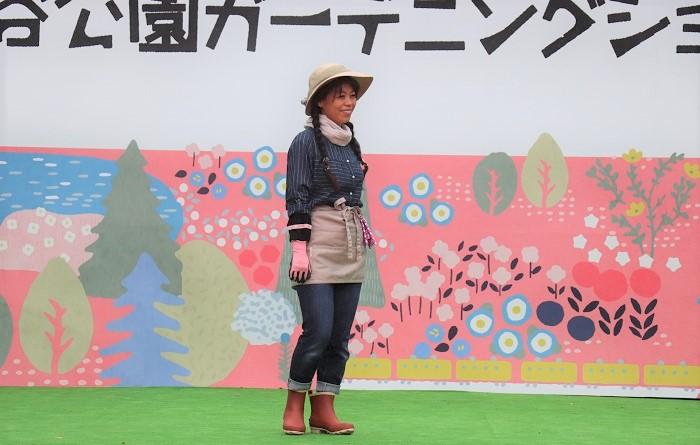モデル角田まみさん  ガーデンのちょこっとお手入れ時には、いつもこんな感じの服装です。と、角田さん。モンベルの形違いのストローハットと、モンベルのブーツで快適にガーデニングを楽しみます。ストローハットも形が違うと雰囲気が変わりますね。モンベルでは、ブーツも取扱っているのですね。雨の日のガーデニング作業はもちろん、アウトドアや雨の日のタウンユースでも活躍しそうなアイテムです。