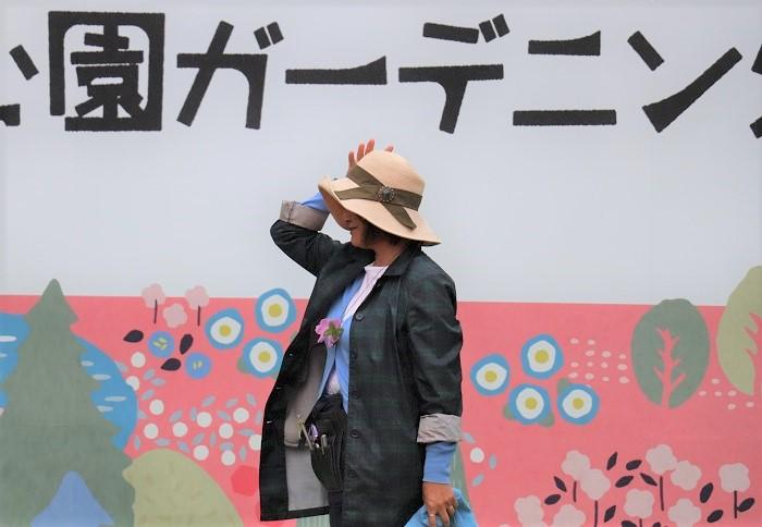モデル土谷ますみさん  ユニクロで買った帽子をオリジナルにプチリメイク。リボンの生地はガーデニングエプロンだそうですよ。