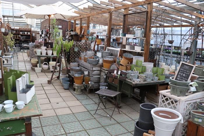 ガーデン雑貨や簡単なエクステリアなども取り揃えています。  (店内がとても広々としています。)