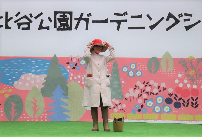 モデル永田ヒロ子さん  ハーブの先生でもある永田さんは、自分好みの色も取り入れつつ、いつも庭の景色を邪魔しない色合いを考えてコーディネートされているそうです。麻の上着は無印良品のセールで購入。首の日焼けと虫除けのために第一ボタンも閉めて襟を立てて着ています。ポケットにガーデニンググッズもたくさん入ります。さっと羽織って庭に出られるのでとても便利なお気に入りアイテムだそう。足元にあるゴム製のバッグは、蚊取り線香やスコップ、土入れなどいろいろ入れて便利に使っているそうです。  ブーツはル シャモーを愛用。足首のところが柔らかくて曲げやすく、脱ぎ履きが楽なのでお気に入り。  帽子はモンベルのカラフルな軽くて水に強いハットを着用。山ガールが愛用しているこの帽子は、ガーデニングに最適。カラーバリエーション豊富で何色も欲しくなりそうです。  永田さんは普段、ル・プランス・ジャルディニエの帽子も気に入って使っているとのこと。フランスの公爵家の日常から生まれたブランドで、プリンスが庭園で使う道具や身につける衣服から生まれたそうです。  上品なガーデニングスタイルがとてもお上手だと思いました。