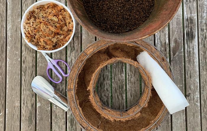 ・リース型の器(今回は直径30㎝ほどのサイズ) ・不織布 ・肥料入り培養土 ・水苔(水でふやかしておきます。) ・土入れ ・はさみ ・ジョーロ など