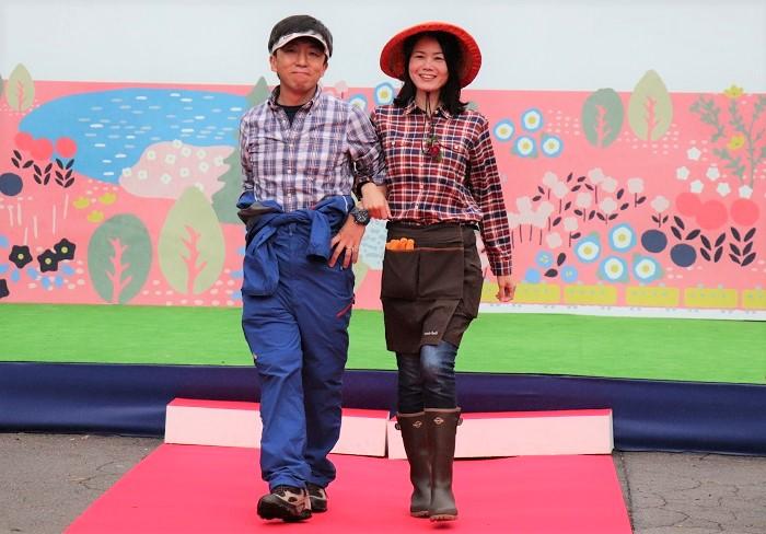 モデル原慎太郎さん、原美穂さん  豊洲で東京オリンピック・パラリンピックに向けて地域のみんなでお花のおもてなしをするシーンをイメージ。日頃からコミュニティガーデンの活動をされているご夫婦です。  奥様の帽子はモンベルのフィールドアンブレロ。当日は小雨が降っていたので、付属の雨除けカバーを付けて登場されましたが、本体は天然草を使用した「傘」タイプの帽子です。頭部に空間ができるので蒸れにくく、真夏に快適!今年の夏は本当に暑かったので、頭部の空間を想像すると本当に涼しそうです。エプロンもブーツもモンベルでコーディネート。  ご主人のカバーオールもモンベル。軽くてストレッチがきいて、汚れも付きにくく、洗濯後もすぐに乾く機能的素材が魅力的。ポケットもたくさんついていて、とても便利そうで気になりました。  チェックのシャツは取り入れている方が多く、ガーデニングの気分を明るく盛り上げてくれるアイテムですね。