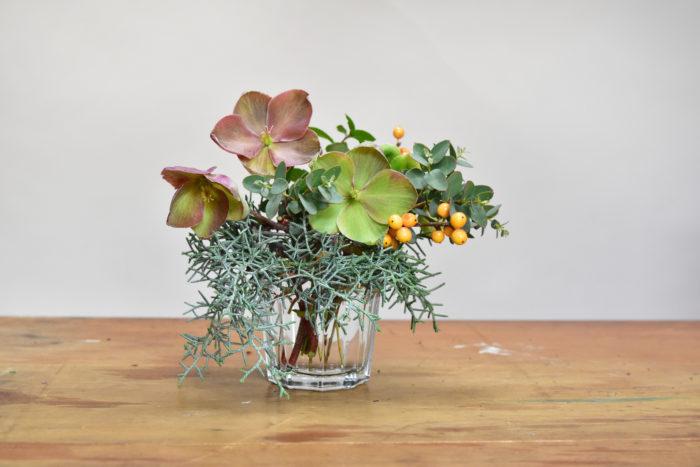 こちら生けてあるのはグラスのカップ。花材もオフィスのバルコニーから摘んだものも入っていてとてもナチュラル。キッチンに飾ったりしてもいいですね。