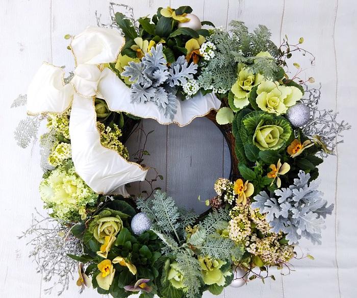 クリスマスには、リボンやキラキラパーツをつけて、お庭やベランダ用のクリスマスリースとして飾りましょう。