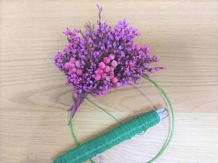 小さな花を鈴なりにたわわに咲かせる可愛いエリカを使って、リースを手作りしましょう。フレッシュのエリカを使って、飾りながらドライに出来るリースです。自宅で簡単に出来るエリカのリースの作り方をご紹介します。