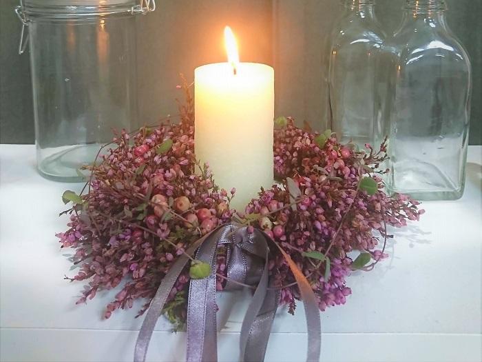 最後にリボンを結び、ハートカズラを回しかけました。ペッパーベリーもリボンもハートカズラも無く、エリカだけでも可愛いリースが作れます。  手作りのエリカのリースは吊るして飾って、そのままドライになっていくのを楽しむことができます。ちょっとしたアレンジとして、テーブルに置いてキャンドルを点す飾り方もおすすめです。  秋から冬に楽しめるエリカの手作りリース、楽しんでください。