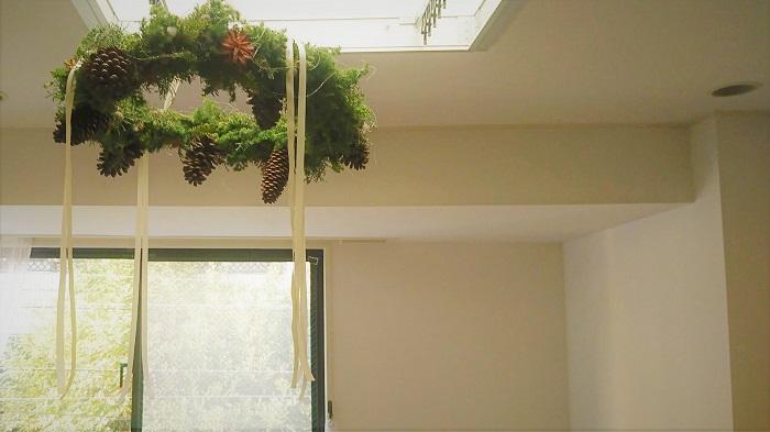 出来上がりサイズが直径70㎝くらい  クリスマスのフライングリースを作るのに必要な基本の材料です。今回はシンプルに針葉樹と木の実で作りました。この他にもお好みで、オーナメントを入れることも出来ます。