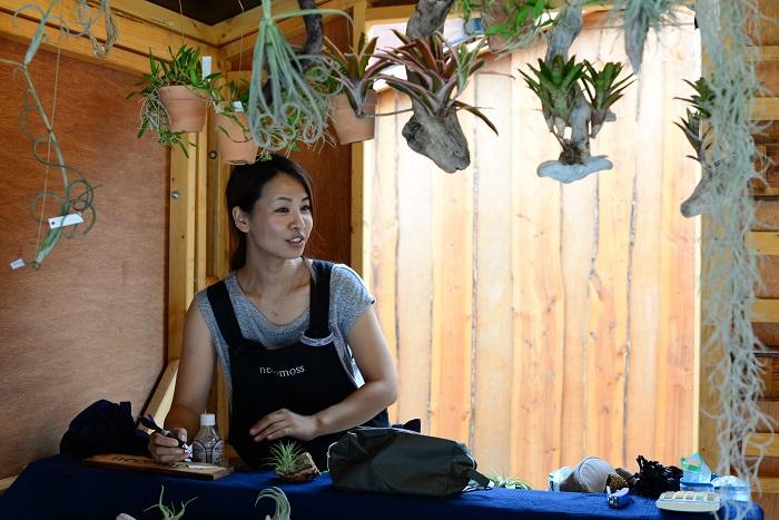 飯田さんは、植物の性質に合った仕立てに拘り、栽培することを楽しく生活に取り入れられるものを提案しています。  愛情いっぱいに育てた植物は、購入したそのままの状態でおしゃれに飾れて育てやすいのでとても人気です。