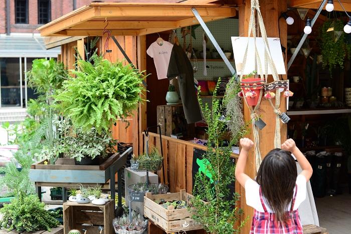 実店舗にはカフェもあるので、全国から集めたこだわりの雑貨だけではなく、素敵な植物のある空間でこだわりのコーヒーを楽しむことができます。  イベント当日は、植物を楽しむワンランクアップの雑貨が並べてあり、雑貨にはお子さんも興味深々でした。