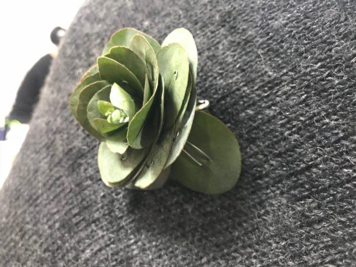 傾いた場合は、花びらに見える葉は一枚一枚がワイヤーで自在に動かす事が出来る為、体のカーブや洋服の凹凸に合わせて、花びら部分を広げると好みの方向へコサージュの向きを自然に変える事が出来ます。