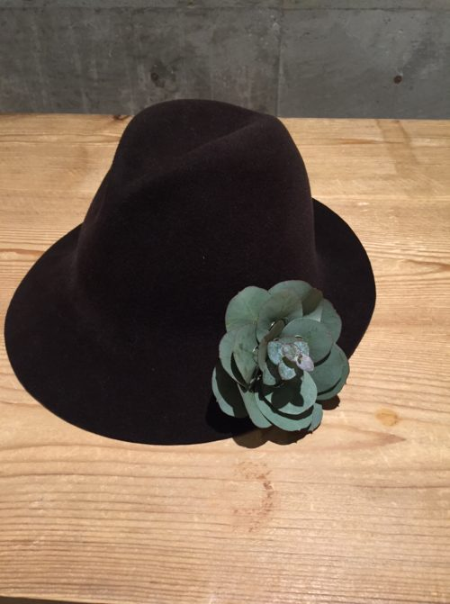 洋服の胸元やシンプルなドレスの肩に着けても素敵ですが、このように帽子に着けてみると、いつもの帽子も表情を変えてドレスアップする事が出来ます。