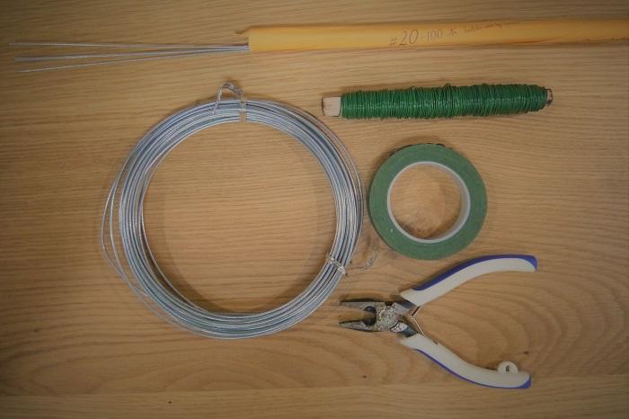 スチールワイヤー1.6㎜(無ければバインド線など)  フローラルテープ  リースワイヤー  ワイヤー#24(ワイヤリング用)  ニッパー