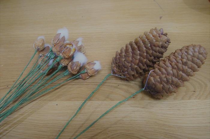 せっかくですからグルーガンを使わずに、全て丁寧に編みこんでいきましょう。松ぼっくりや綿の実も枝と一緒にリースに編み込めるように、ワイヤリングします。