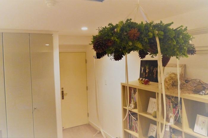 上から吊るして、リボンを長く下げたら、クリスマスのフライングリースの出来上がりです。お部屋に飾ると、針葉樹のすっきりとした香りがお部屋に広がります。お好みでオーナメントやガーランドを足してください。インテリアに調和するシャンデリアのようなフライングリースをカスタマイズしていくのも楽しい時間です。