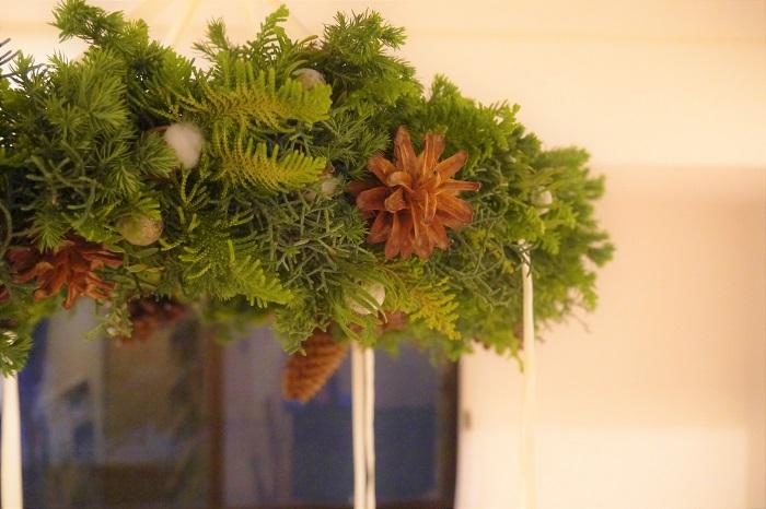 フライングリースをご存知ですか?壁に掛けるリースと違って、上から吊るして楽しむタイプのリースです。中空に浮かせて飾るのでフライングリース(flying wreath)と呼ばれています。但し、正確には和製英語です。  軽やかに作って装飾を施すことで、シャンデリアのような楽しみ方が出来ます。  作り方はいたって簡単。通常のリースとほとんど変わりません。いつものリースに飽きてきたら、今年はフライングリース作りにチャレンジしてみませんか。クリスマスパーティーで、ゲストをびっくりさせましょう。