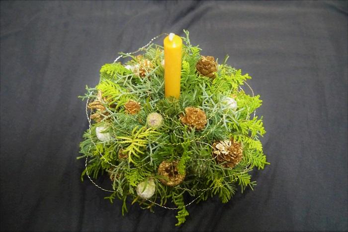木の実を挿し終わったら出来上がりです。お好みでデザイナーズワイヤーなどを回しかけても素敵です。テーブルに置いて、飾って楽しんでください。  キャンドルは何回でも交換が出来ます。クリスマスの夜まで、針葉樹の香りとビーズワックスの暖かな灯りに癒されてください。