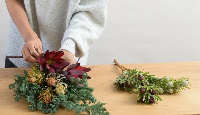 入れるときは、花材の大きさや形などのバランスを見ながら配置していきましょう。