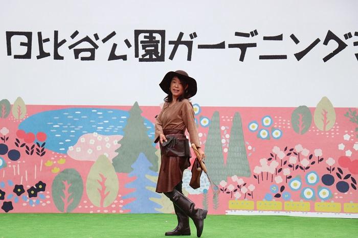 モデル益山多眞美さん  ガーデニングコーディネーターとして活躍されている益山さん。ブラウンをテーマカラーにしたガーデナースタイルをご紹介。レザーのウエストバッグとツールバッグは、MS Gardenのオリジナル。ウエストバッグは手持ちのベルトに通すだけでオシャレに楽しめ、スマホ、手袋、ガーデニングツールを入れるのに便利。レザーのエプロンは、滋賀県にあるローザンベリー多和田さんのオリジナル。フィット感が良くこのエプロンをつけるととても気分が上がるそうです。女性らしい雰囲気のあるコーディネートに魅了されました。