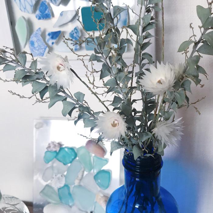 青色の花瓶とドライフラワーの相性が◎