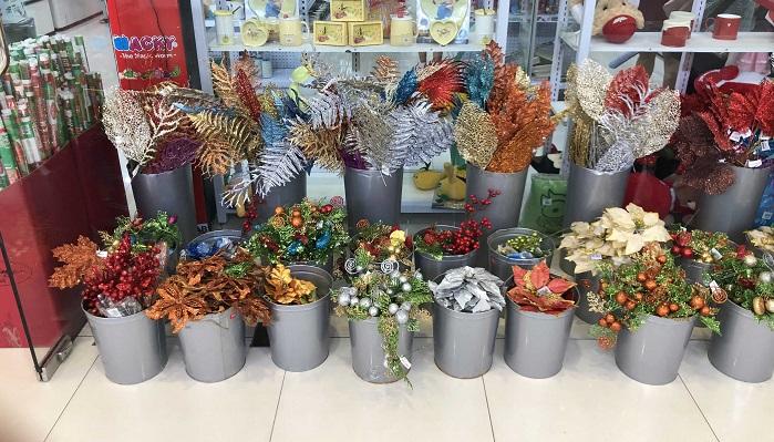 他に定番の飾りとしてポインセチアのモチーフがありました。ポインセチアもまたさまざまな色味で、葉の飾りとともにたくさん付けるのがポイントのようです。