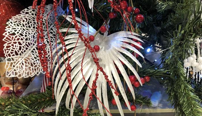 シュロでしょうか?ヤシかな?「クリスマスツリーに葉を飾る」というのがとにかく新鮮!