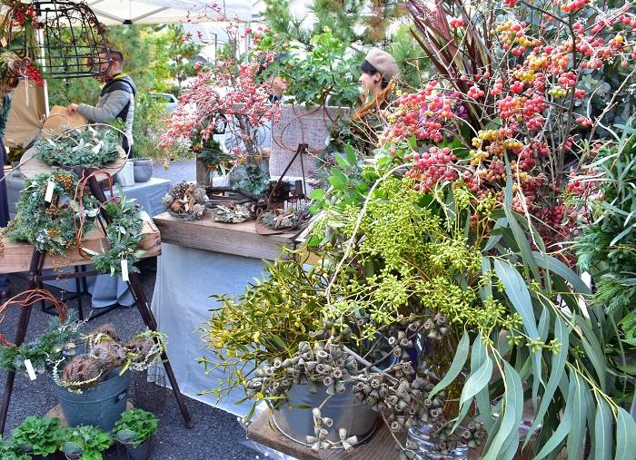 山をコンセプトに季節の花や植物を扱うflower works Lhotseさん。  深い森をイメージしたクリスマスのリースや、枝ものなどの切り花が美しい山の景色のように並んでいました。