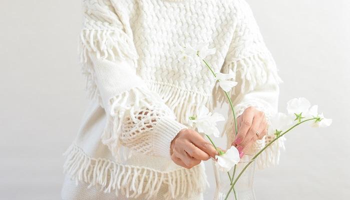 スイートピーの茎はまっすぐのようでいて、それぞれの花や茎に流れがあるので、その流れを生かして、花同士の間隔をあけて自由で伸び伸びした空気感を出して生けます。