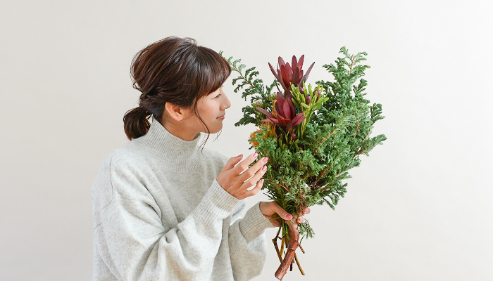 ツリーを飾ってみたいけどスペース的に余裕がない方でも、針葉樹とネイティブフラワーのスワッグを飾るとクリスマス気分が味わえます。 出来上がったスワッグは、壁以外だとドアにつるすこともできます。お部屋を通るたびに針葉樹の香りをかいで、ほっと一息つくのもおすすめです。是非作ってみてくださいね!