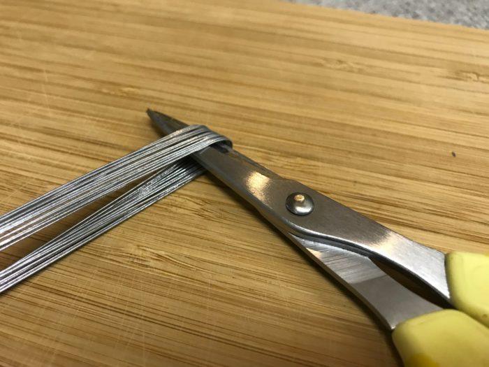 スチールワイヤーを数本、ハサミの刃先などのカーブを利用してU字型に折り曲げます。