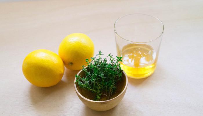 タイムのはちみつシロップの材料は、フレッシュハーブのタイム、はちみつ、レモンです。