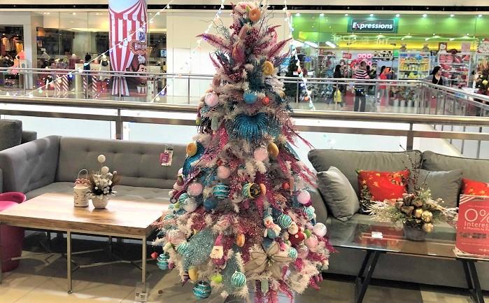 やはりベースのツリーが隠れるほど飾りつけをするというのがスタンダードなのでしょうか。白いツリーにピンクとブルーで統一したラメの飾りと、ドーナツやカップケーキのお菓子が飾ってあります。